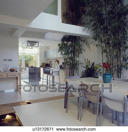 Stock fotografie openplan hippe keuken en diningroom for Starck stoelen