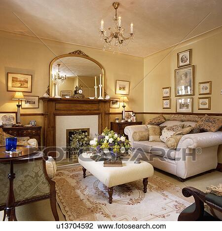 ... divano, in, tradizionale, soggiorno, con, specchio, sopra, caminetto