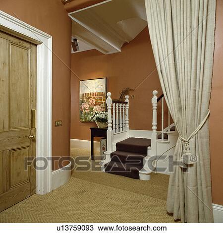 banque de photo cr me lin rideau dans terre cuite salle sisal moquette et brun. Black Bedroom Furniture Sets. Home Design Ideas