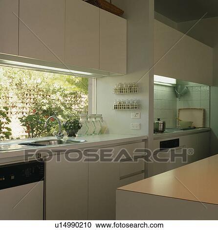 Archivio fotografico moderno bianco cucina con - Cucina con finestra ...