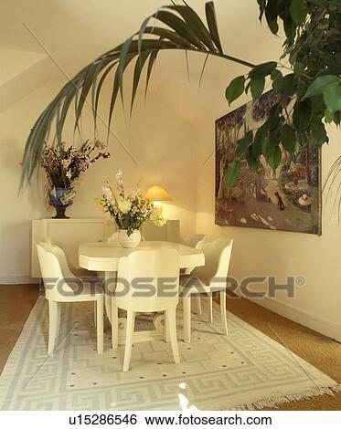 Stock afbeeldingen witte forties style stoelen en tafel op room tapijt in witte - Tapijt eetkamer ...