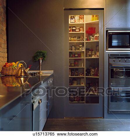banque d 39 image clairage au dessus tag res dans grand placard porte verre dans. Black Bedroom Furniture Sets. Home Design Ideas