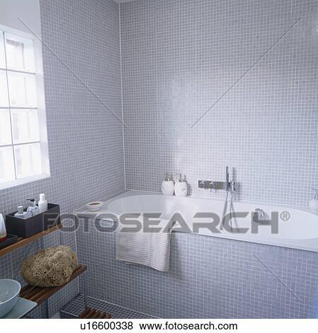 Immagini - bianco, bagno, in, moderno, bagno, con, grigio, mosaico, pavimentato, pareti ...