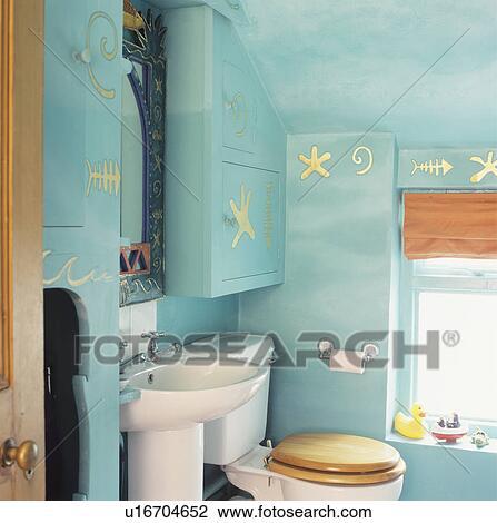 Stock foto kust themed turkoois zoldertjes badkamer met geverfde goud zeester op - Badkamer turkoois ...