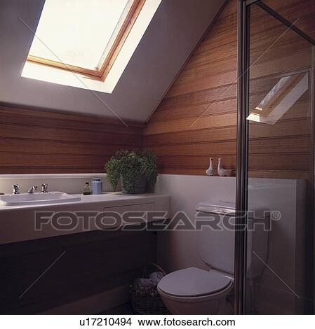 banque de photo velux fen tre au dessus bassin dans lambriss grenier douche salle. Black Bedroom Furniture Sets. Home Design Ideas