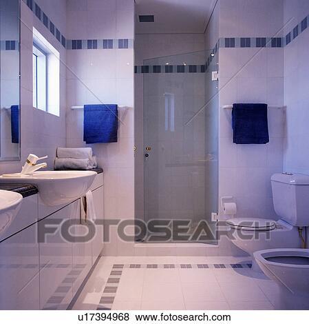 Fotos azul toallas en o lado de puerta de vidrio - Banos en azul y blanco ...