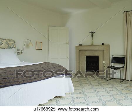 , en, chroom, stoel, naast, steen, openhaard, in, witte, slaapkamer ...