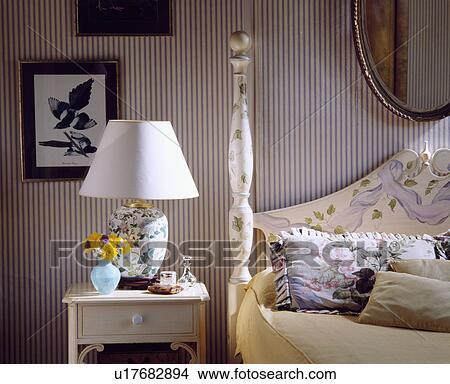 Stockfoto   stribet tapet, ind, soveværelse, hos, hvid, lampe, på ...