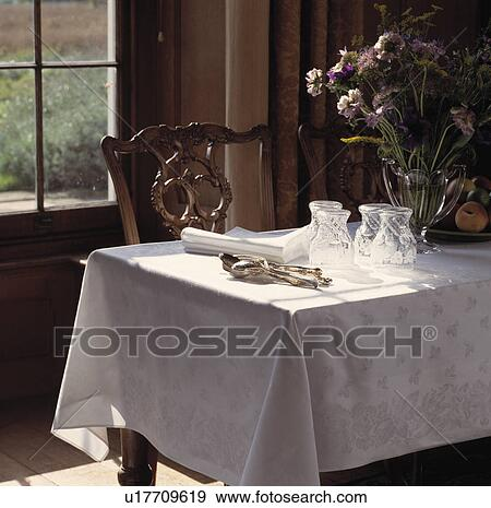 banque de photographies lunettes et coutellerie blanc nappe dans traditionnel salle. Black Bedroom Furniture Sets. Home Design Ideas