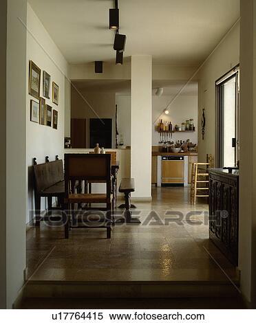 Stock afbeelding antieke houten stoelen en bankje met tafel in openplan eetkamer en - Eetkamer bankje ...