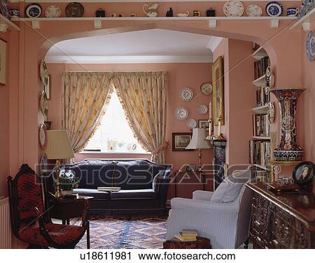 Blaues Sofa Vor Fenster Mit Nachgebildet Creme Vorhnge In Rosa Wohnzimmer Regal Oben Bogen