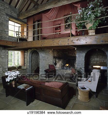 Stock foto slaapkamer op mezzanine boven woonkamer met groot sofa in schuur - Mezzanine woonkamer ...