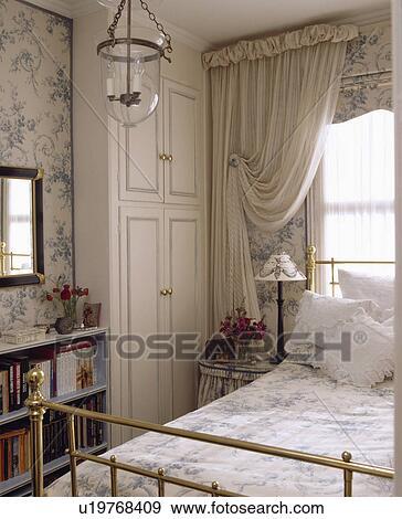 Arkivfotografi   hvit, gardiner, og, blue white, blinde, over ...