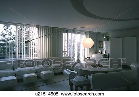 Kreisrunder Stein Tisch Und Weiss Leder Sitzpltze In Essen Wohnzimmer Mit Weisses Sofa Vor Gross Fenster