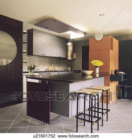 Archivio fotografico nero metallo e legno sgabelli - Sgabelli cucina in legno ...