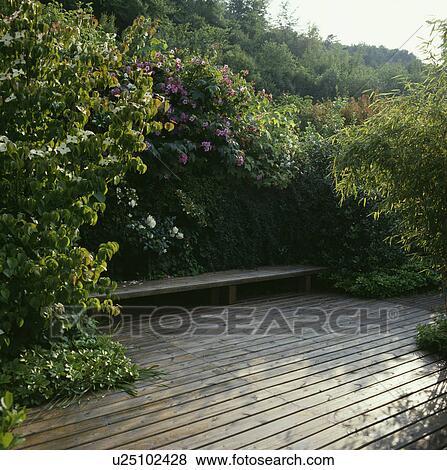 Immagini legno decking e panca in giardino paese for Cerca per foto