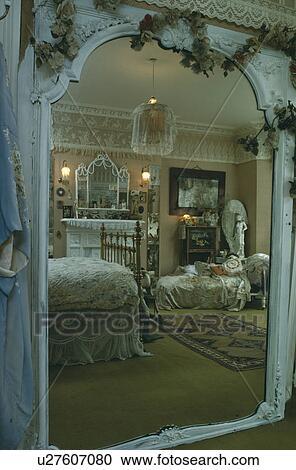 banques de photographies vue par orn blanc victorien miroir de style victorien. Black Bedroom Furniture Sets. Home Design Ideas