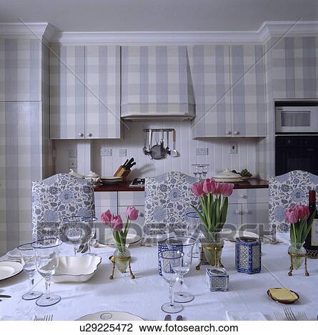 Stock foto china en bril op tafel met witte doek en blauw floral patterned stoelen - Grafiek blauw grijze verf ...