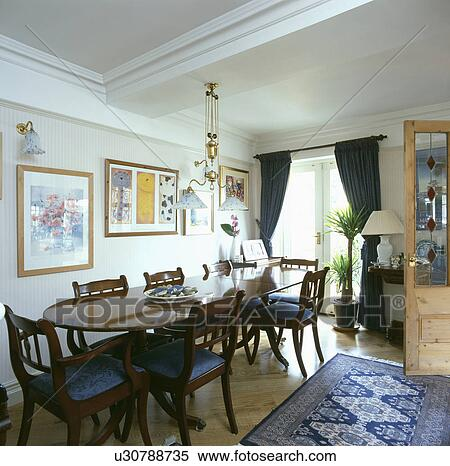 Stock afbeelding regency style ovaal tafel en stoelen in eetkamer met blue white - Tapijt eetkamer ...