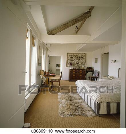 banques de photographies fausse fourrure tapis sur sisal moquette dans moderne chambre. Black Bedroom Furniture Sets. Home Design Ideas