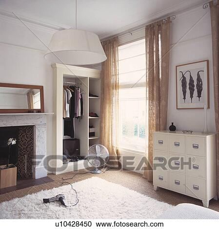 Banques de photographies blanc chest of drawers et for Chambre a coucher moderne mauve et blanc