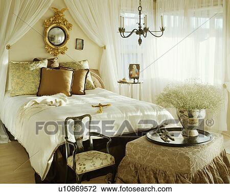 Banque de photo antiquit dorure miroir et blanc voile tentures au dessus lit soie - Miroir dans chambre a coucher ...