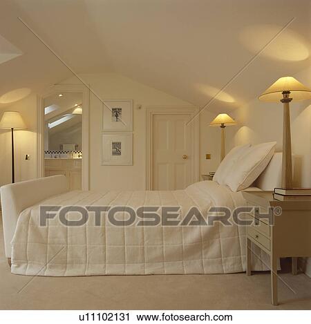 Archivio fotografico alto illuminato lampade su o - Letto tappezzato ...