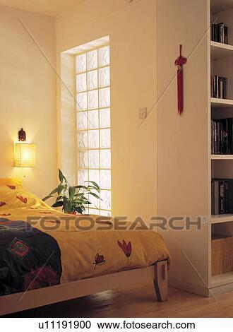 Arkivfotografi - fargerik, duvet, på seng, ved siden av ...