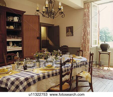 Archivio fotografico giallo vasellame e blue white - Sala da pranzo in francese ...