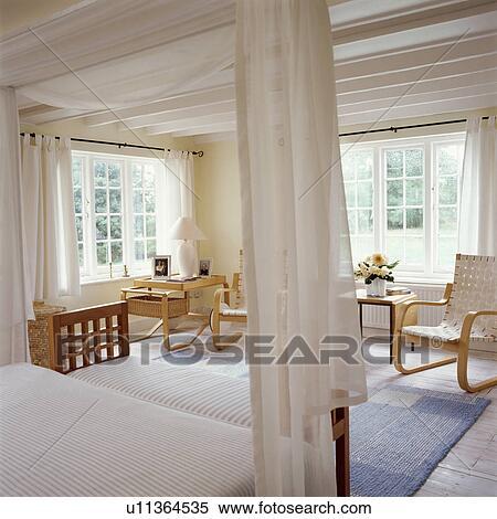 Stockmotiv - fløde, voile, gardiner, på, moderne, fourposter, seng ...
