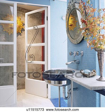 Stock foto venetiaan spiegel boven roestvrij staal spoelbak in marmer plank in pastel - Mozaiek blauwe bad ...