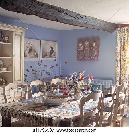 Beeld kelim tapijt en wilde bloemen in vaas op tafel met oud houten stoelen in - Tapijt eetkamer ...