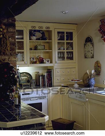 Stock foto   gepaste, afwasmachine, en, witte, oven, in, klein ...
