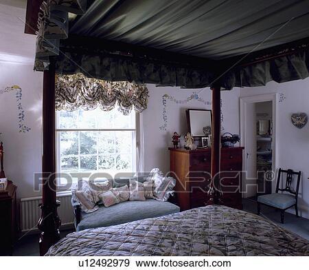 slaapkamer, met, aanzicht, van, vier-aanplakbiljet bed, met, groene ...