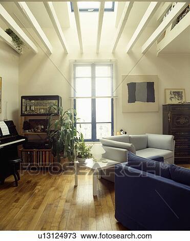 Stock foto wooden flooring in modern leven kamer met plafond balken u13124973 zoek - Kamer met balken ...