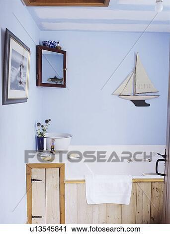 Banques de photographies rustique bois lambris sur bain dans pastel - Lambris bois dans salle de bain ...