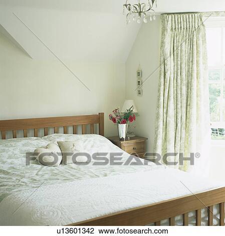 Arkivfoto   treseng, inn, soverom, med, grønn og hvit, mønstret ...