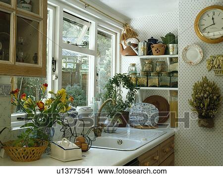 Archivio fotografico - bianco, lavandino, sotto, finestra, in, piccolo, cucina, con, maculato ...