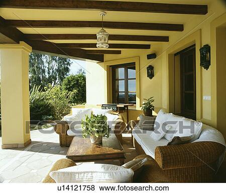 Beelden wicker banken op veranda van villa in zuidelijk spanje u14121758 zoek stock - Beelden van verandas ...