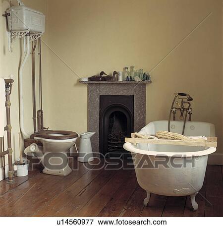 bild rolltop bad mit holzregal in badezimmer mit h lzerner bodenbelag und klein. Black Bedroom Furniture Sets. Home Design Ideas