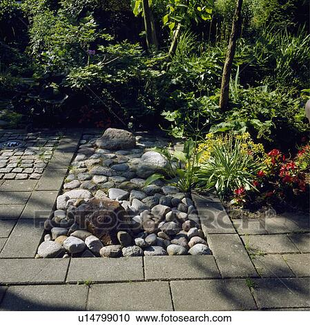 Stock fotografie kiezelsteen en steen bestrating in land tuin in zomer u14799010 zoek - Zomer keuken steen ...