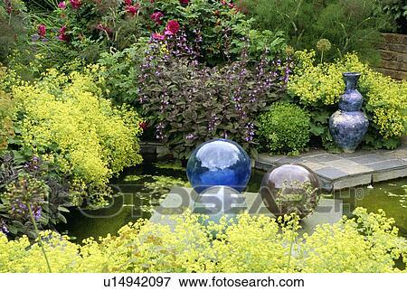 Immagine vetro globi e piccolo stagno in giardino for Stagno in giardino