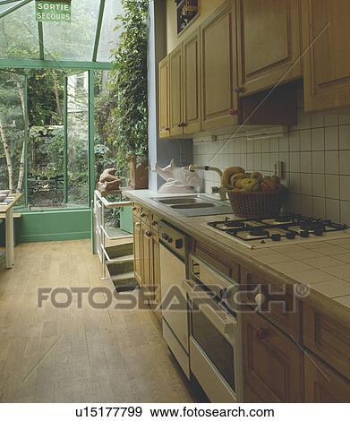 Stock fotografie oven en afwasmachine in gepaste kombuis keuken met wooden flooring - Kombuis keuken ...