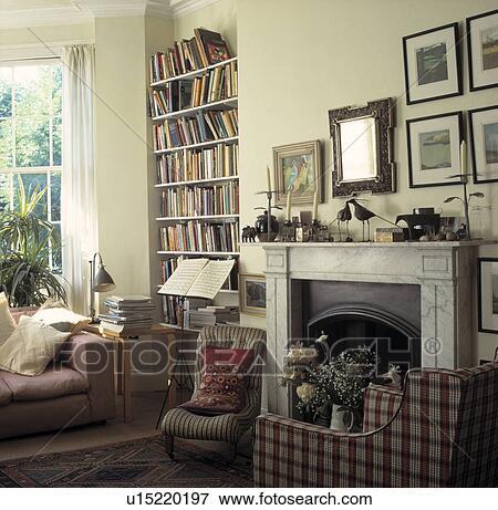 image fauteuil c t de chemin e dans traditionnel salle de s jour u15220197. Black Bedroom Furniture Sets. Home Design Ideas