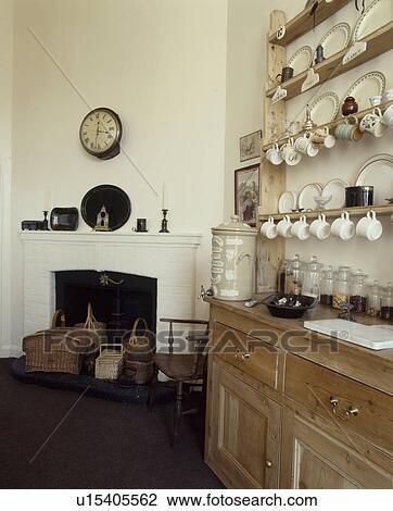 Archivio fotografico anticaglia pino credenza con - Mensole in cucina foto ...