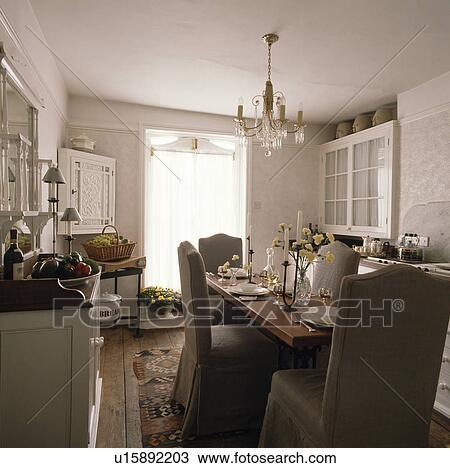 banque de photo verre lustre au dessus rectangulaire table bois et chaises. Black Bedroom Furniture Sets. Home Design Ideas