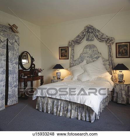 images blue white toile de jouy tentures et lit assorti vallance et tented garde. Black Bedroom Furniture Sets. Home Design Ideas