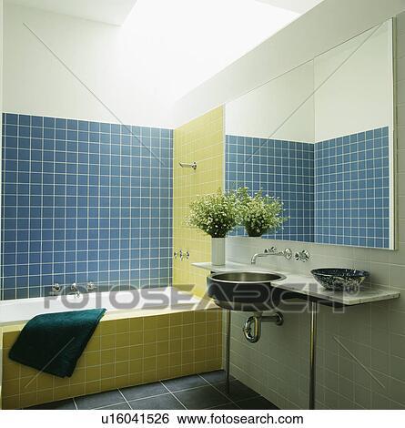 Stock afbeeldingen blauwe en gele muur tegels in hippe badkamer met roestvrij staal - Type marmer met foto ...