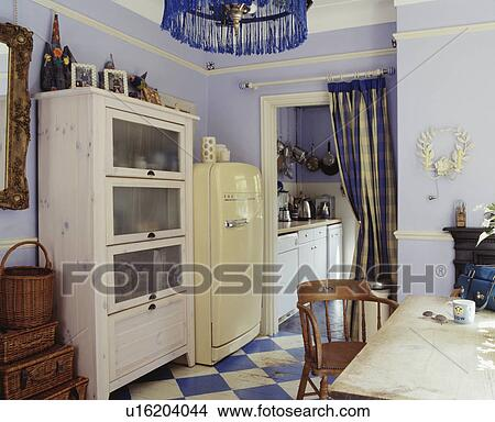 stock foto wei glass fronted geschirrschrank und gro creme k hlschrank in pastell. Black Bedroom Furniture Sets. Home Design Ideas