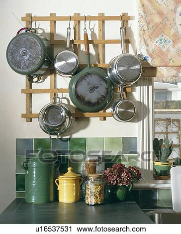 Stock fotografie   saucepans, op, houten, rek, boven, groene ...
